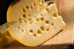 在木板的干酪 免版税库存照片