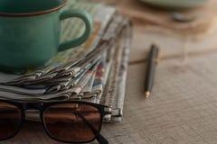 在木板的报纸 免版税库存图片
