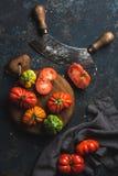 在木板的新鲜的五颜六色的成熟祖传遗物蕃茄 库存图片