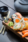 在木板的新鲜的寿司服务用茶 库存图片