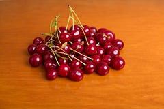 在木板的新鲜的成熟樱桃 免版税图库摄影