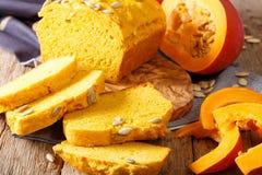 在木板的新鲜的被烘烤的南瓜面包有种子的 水平 库存照片