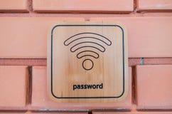 在木板的无线标志在砖墙上 免版税库存图片