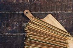 在木板的未加工的面团 图库摄影