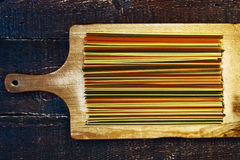 在木板的未加工的面团 免版税库存照片