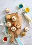 在木板的杯形蛋糕 库存照片