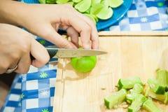 在木板的柠檬切片 免版税库存图片