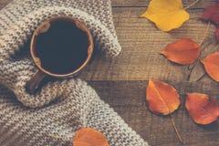 在木板的温暖的围巾包裹的咖啡 顶视图 库存图片