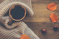 在木板的温暖的围巾包裹的咖啡 顶视图 免版税库存图片