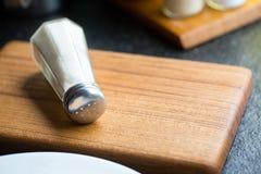 在木板的盐瓶 免版税库存图片
