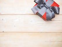 在木板的礼物盒 图库摄影