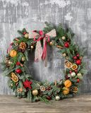 在木板的美丽的圣诞节花圈 假日概念的准备 花店是a主要工作  免版税图库摄影