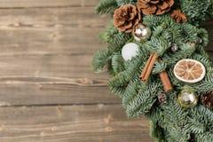 在木板的美丽的圣诞节花圈 假日概念的准备 花店是a主要工作  图库摄影