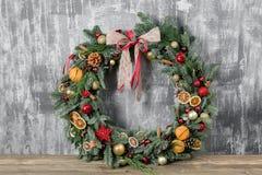 在木板的美丽的圣诞节花圈 假日概念的准备 花店是a主要工作  免版税库存照片