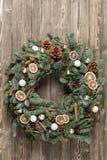在木板的美丽的圣诞节花圈 假日概念的准备 花店是a主要工作  库存照片