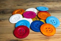 在木板的色的按钮,五颜六色的按钮,在老木 图库摄影