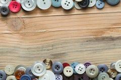 在木板的色的按钮,五颜六色的按钮 免版税库存照片