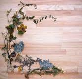 在木板的花卉框架 免版税库存图片