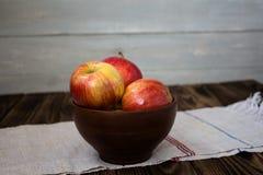 在木板的苹果 图库摄影