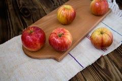 在木板的苹果 库存图片