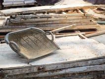 在木板的蛤壳状机件形状的篮子 免版税库存图片