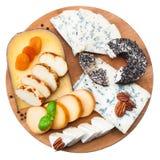 在木板的被分类的乳酪 图库摄影