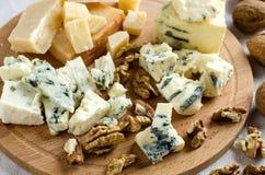 在木板的被分类的乳酪 库存照片