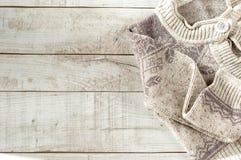 在木板的被编织的套头衫 库存图片