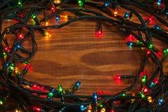 在木板的被缠结的LED圣诞灯 免版税库存照片