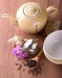 在木板的顶视图有茶具的 免版税库存照片
