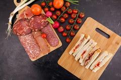 在木板的顶面viev用开胃菜和三明治 图库摄影