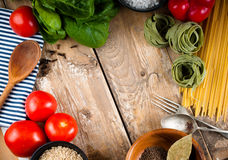 在木板的食物背景 免版税库存照片