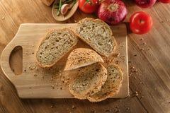 在木板的整个五谷面包 库存照片