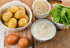 在木板的维生素K浓食物 免版税库存图片