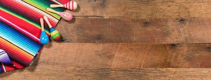 在木板的Cinco de马约角背景