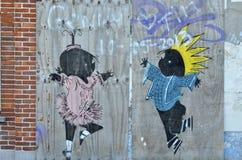 在木板的Jip和Janneke图画在两之间放弃了房子, Doel,比利时 免版税库存图片