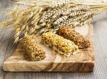 在木板的Muesli酒吧有麦子的耳朵的,燕麦,黑麦bouque 库存图片
