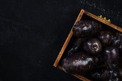 在木板箱的紫色土豆 库存照片