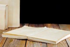 在木板背景的白色旧书  免版税库存照片