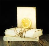 在木板背景的白色旧书  库存照片