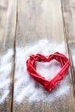 在木板背景,华伦泰` s天,假日的一大红色心脏爱 免版税库存图片