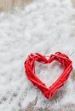 在木板背景,华伦泰` s天,假日的一大红色心脏爱 库存照片