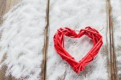 在木板背景,华伦泰` s天,假日的一大红色心脏爱 免版税图库摄影