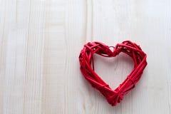 在木板背景,华伦泰` s天,假日的一大红色心脏爱 免版税库存照片