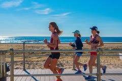 在木板走道的慢跑者 免版税库存图片