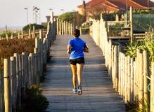 在木板走道的母赛跑者 免版税图库摄影