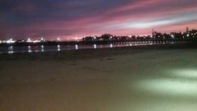 在木板走道的海滩日落 免版税库存图片