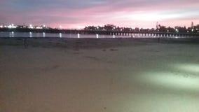 在木板走道的海滩日落 库存图片