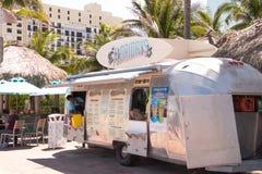 在木板走道的食物卡车在Margaritaville旅馆前面 免版税库存图片