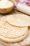 在木板选择聚焦的麦子玉米粉薄烙饼 库存图片